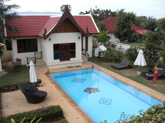Phuket Baan Chang B&B: Uitzicht vanaf het balkon van de Nong kamer en zicht op het zwembad