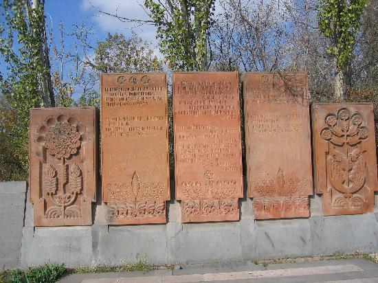 Ереван, Армения: Armenische Grabsteine