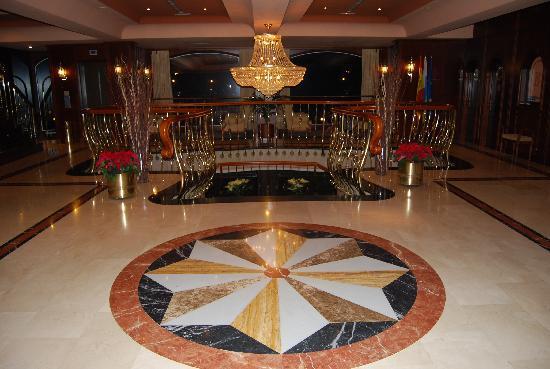 San Agustin Beach Club: Entrada del hotel con la escalinata