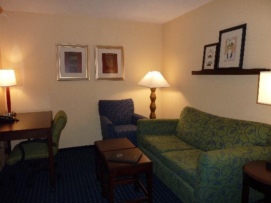 SpringHill Suites St. Petersburg Clearwater: Sitzecke und Schreibtisch