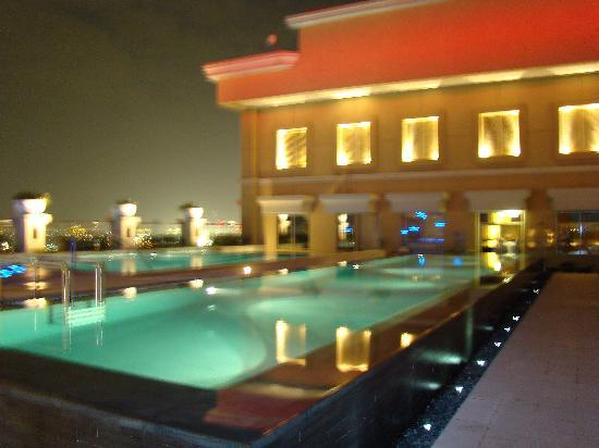 Sheraton Mall of the Emirates Hotel: piscine de nuit
