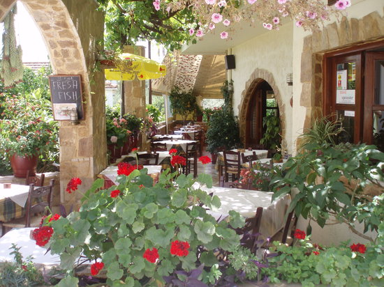 Manolis Taverna Restaurant: MANOLIS TAVERNA OLD VILLAGE