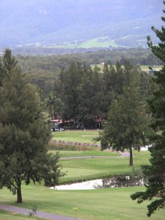 Kangaroo Valley Golf & Country Resort: View across golf course to mountains