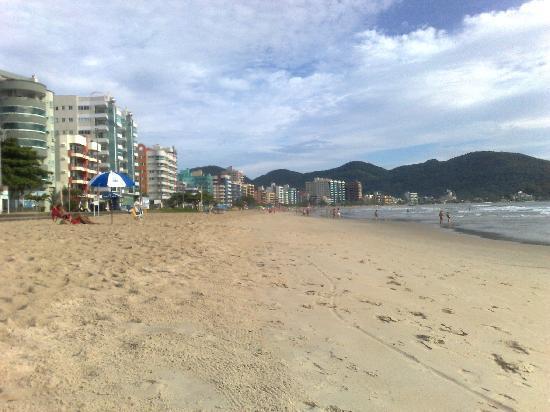 Hotel Beira Mar : Esse é o trecho da praia onde vai dar a rua do hotel. É bem tranqüilo, mas não se engane com o m