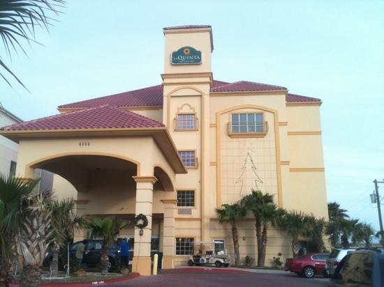 view of hotel from parking lot picture of la quinta inn. Black Bedroom Furniture Sets. Home Design Ideas