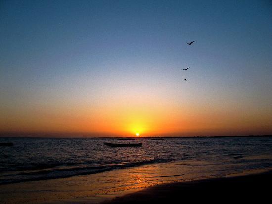 Bakau, Gambia: Sunrise on hotel beach