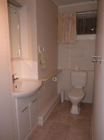 Shoreline Motel: Double Room Bathroom