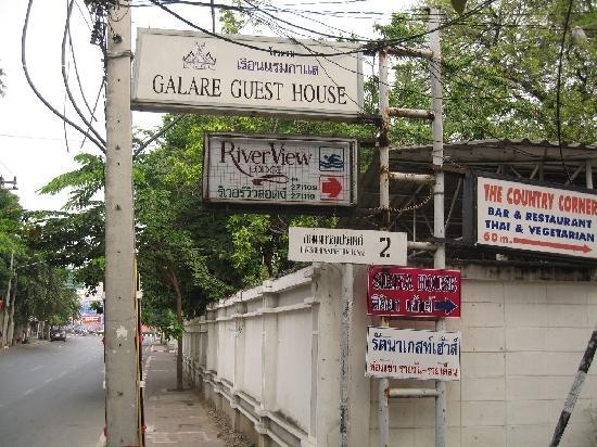Galare Guest House: entrance to soi