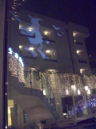 Hotel Belvedere: facciata dell'hotel con gigantografia luminosa in occasione del 6 gennaio