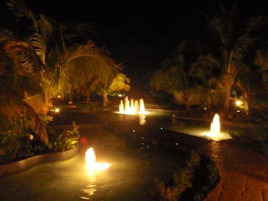 Iberostar Rose Hall Beach Hotel: gardens at night