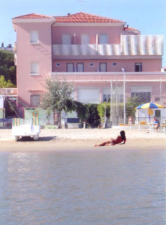 Viserba, Italie : L'albergo visto dal lungomare