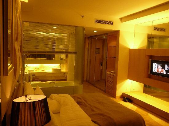 Guangming Hotel: バスルーム内のブラインド上げると・・・