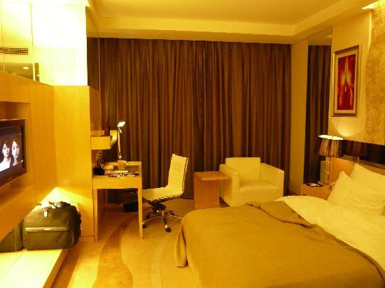 Guangming Hotel: 結構いいデスクセットで電気スタンドも完備。部屋仕事にもOK