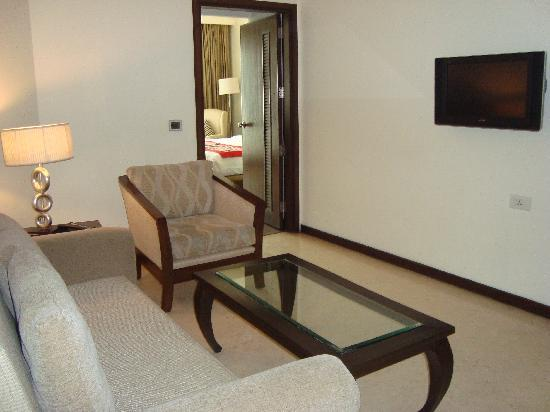 Country Inn & Suites by Radisson, Amritsar, Queens Road: living suite