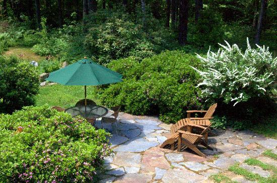 Clamber Hill Inn & Restaurant: Plenty of outdoor seating lets you enjoy the gardens