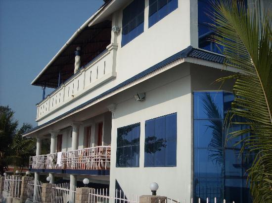 Sealine Beach Resort: Beach looking back at Sealine