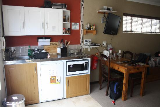 Liz at Lancaster Guesthouse: Kitchenette & Eating table