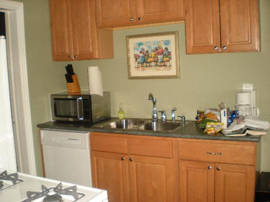 Amazwi Suites: Kitchen