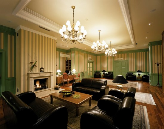 Marrol's Boutique Hotel Bratislava: Lounge with Fireplace and Library