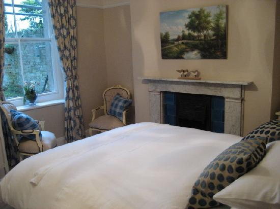 Bindon Bottom B&B: New Blyton Room with discovered original Victorian fireplace