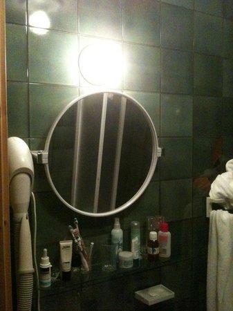 Hotel Bonapace: dark bathroom 2
