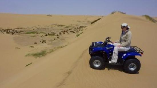 Walvis Bay, Namibië: Getting ready to follow Fanie down the dune
