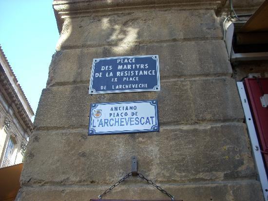 Musée des Tapisseries : Street signs near the museum
