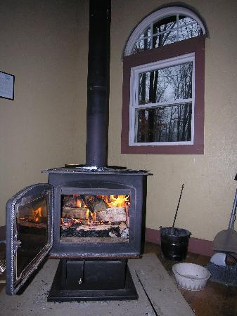 Maple Tree Campground: Wood Fireplace