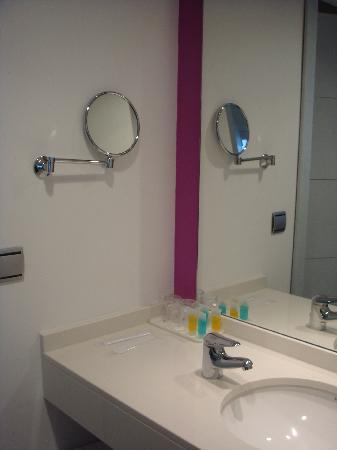 Hotel Europa: Zona de lavabo en la habitación...