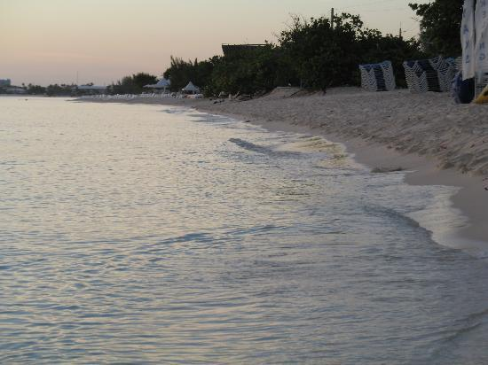 Cocoplum Condos : view looking down the beach