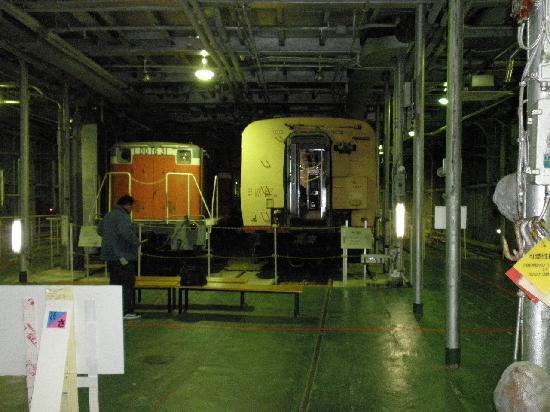 Seikan Ferry Memorial Ship Hakkodamaru: 列車