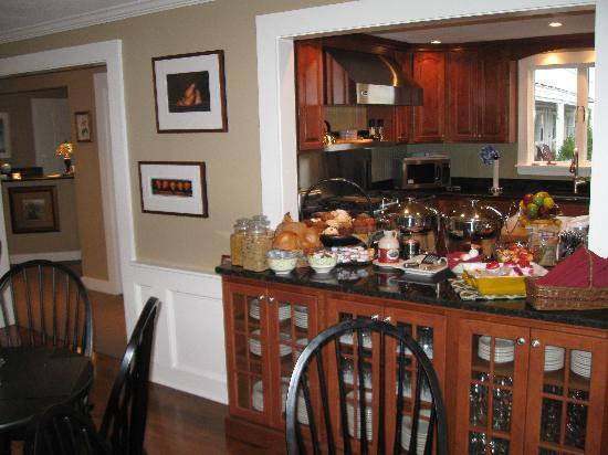 Foxberry Inn: Daily Continental Breakfast served in Dinning room