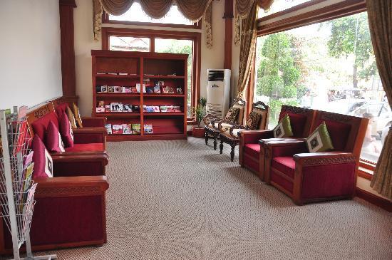 New Angkorland Hotel: downstairs library
