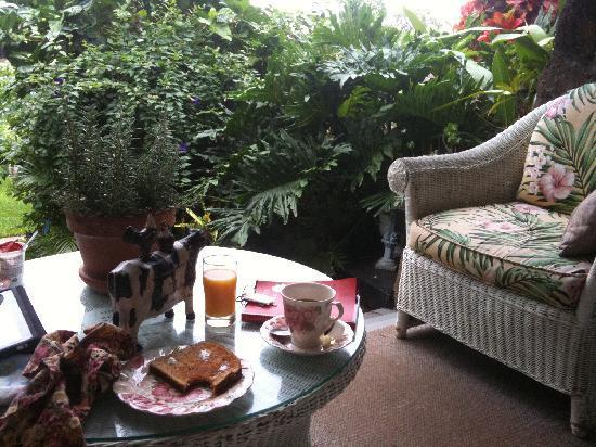 Manoa Valley Inn: Breakfast on the veranda