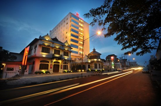 Gino Feruci Kebonjati Bandung: Carrcadin Business & Entertainment Hotel