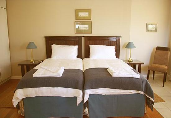 Cornerstone Guesthouse: The en suite rooms are spacious and comfortably furnished