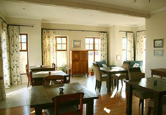 Cornerstone Guesthouse: The breakfast room has individual tables and an outdoor patio