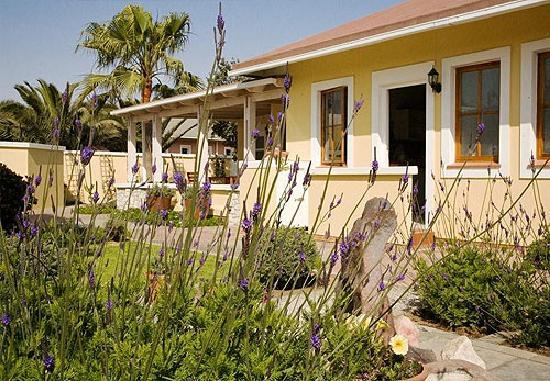 Cornerstone Guesthouse: The breakfast patio for warm Swakopmund mornings