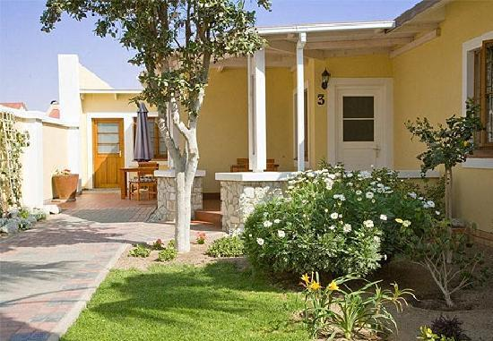 Cornerstone Guesthouse: Each room has a private patio