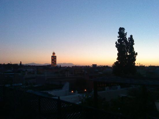 le soleil se couche sur marrakech vue de la terrasse photo de le dromadaire bleu marrakech. Black Bedroom Furniture Sets. Home Design Ideas