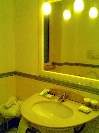 lavello del bagno: la foto da cell non fa onore al marmo e al liv di manutenzione e pulizia
