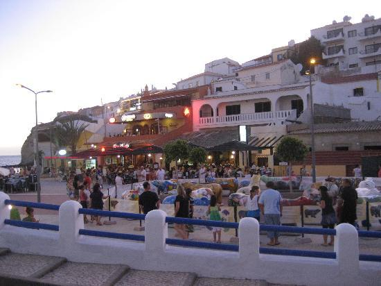 Carvoeiro, Portekiz: The square by the beach