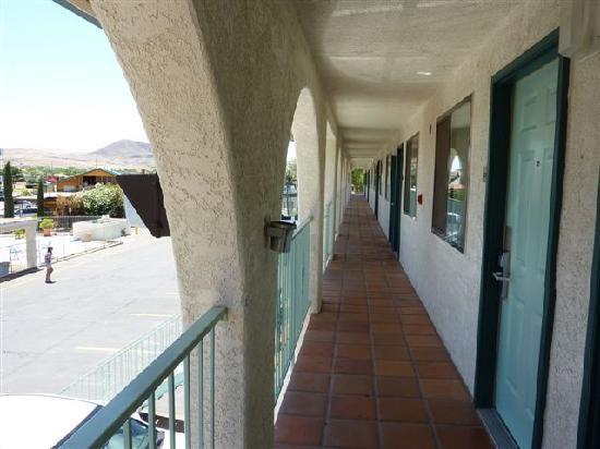 Rodeway Inn: Couloir extérieur carrelé