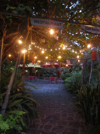 Golden Rock Inn: entrance in the evening, very enchanting