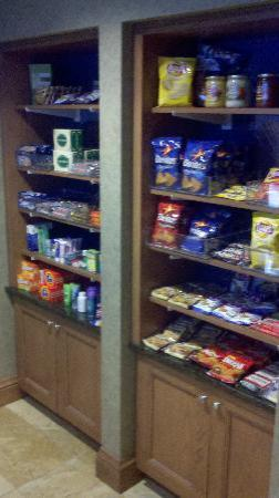 Hampton Inn & Suites Murfreesboro: 24/7 snack bar (for the midnight snackers!)
