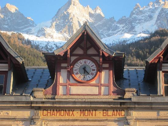 Alpina Hotel: Chamonix Train Station