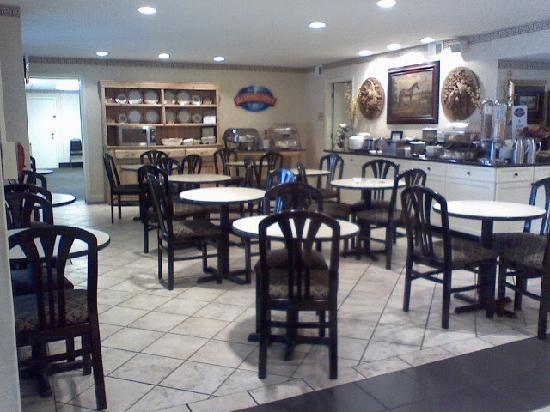 Baymont Inn & Suites Murfreesboro : Another breakfast area shot