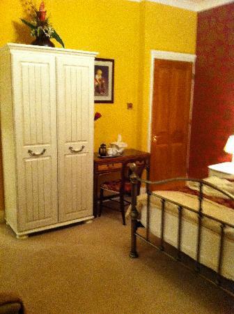 Springdale House: spacious room