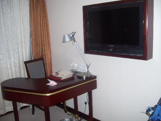 Charms Hotel: TV (all chinese) and work station