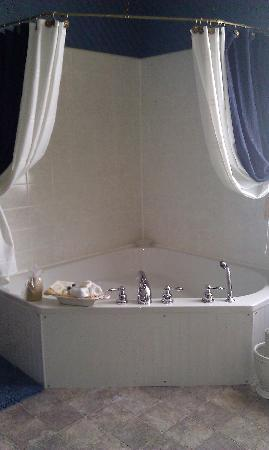 The Gridley Inn: Corner tub
